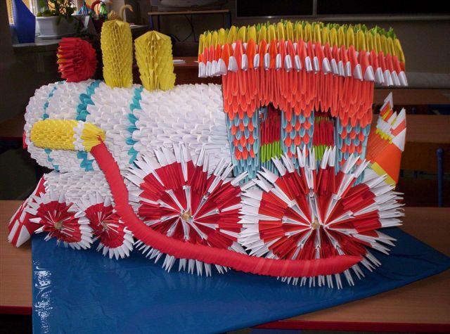 """V Konkurs """"Mistrz Origami"""": I miejsce - praca """"Lokomotywa"""" wykonana z 7 tys. modułów chinskich. Autor: Daniel Zienkiewicz"""